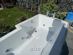 L shaped jacuzzi bath